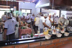 9 - time de supervisores cozinhando
